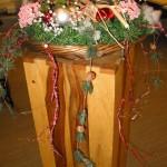 Kleinschalige kerstdecoratie op meerdere plaatsen in kantoorruimte