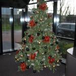 Kerstversiering in de hal van een kantoor