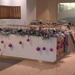 Kerstversiering in de hal van een groot kantoor (3)